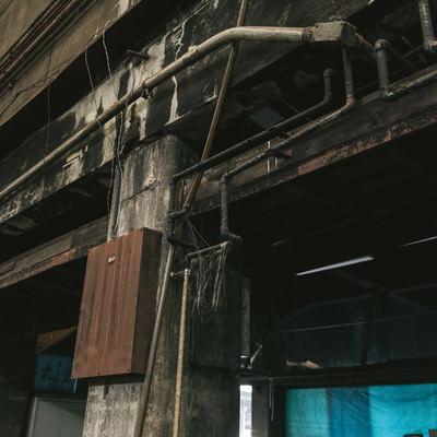 「ひび割れた柱に電線(築地市場)」の写真素材