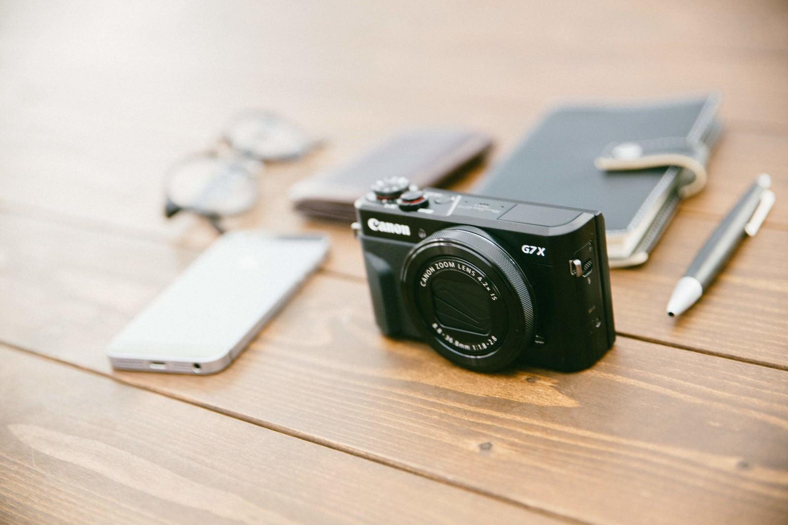 「私の取材道具(カメラとメモ帳)」の写真