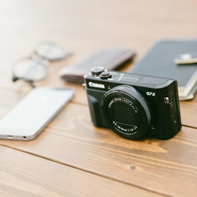 私の取材道具(カメラとメモ帳)の写真