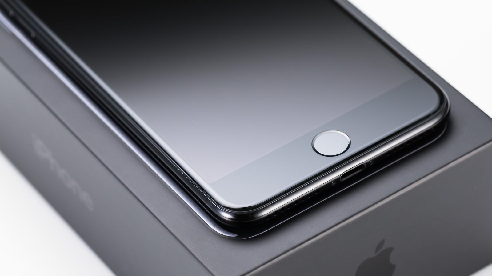 「箱から取り出したばかりのスマートフォンとホームボタン箱から取り出したばかりのスマートフォンとホームボタン」のフリー写真素材を拡大