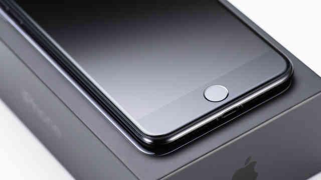 箱から取り出したばかりのスマートフォンとホームボタンの写真