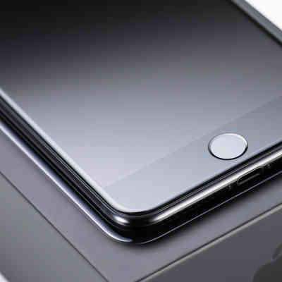 「箱から取り出したばかりのスマートフォンとホームボタン」の写真素材