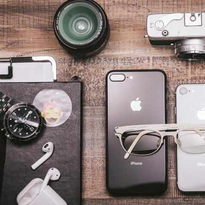 テーブルに置かれたガジェット製品と白メガネの写真