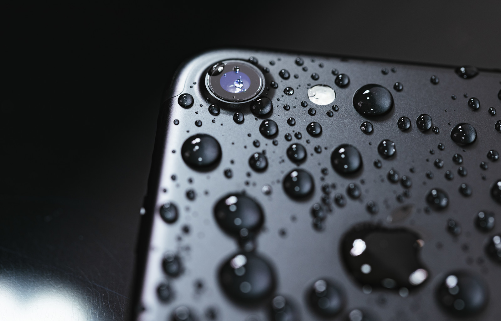 「水滴まみれのiPhone」の写真