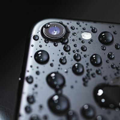 水滴まみれのiPhoneの写真