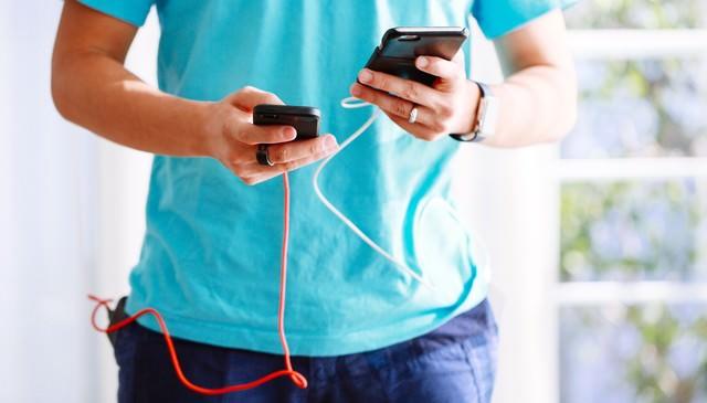 スマホ両手持ちでゲームするにはモバイルバッテリーが必要の写真