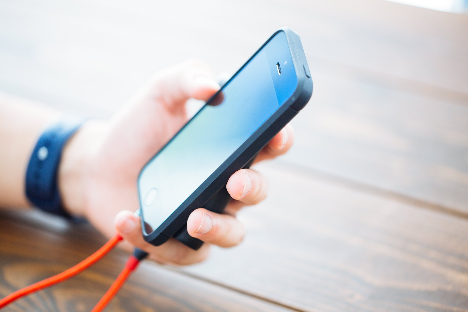 「モバイルバッテリーからチャージしながらスマホを使う」の写真