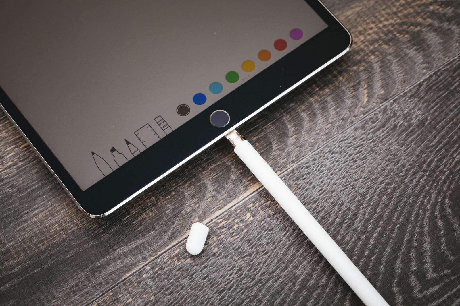 「タブレット端末用のペンを充電する」の写真