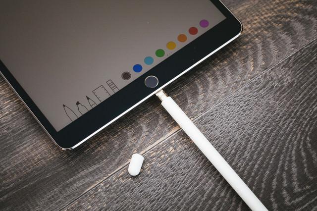タブレット端末用のペンを充電するの写真