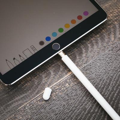 「タブレット端末用のペンを充電する」の写真素材