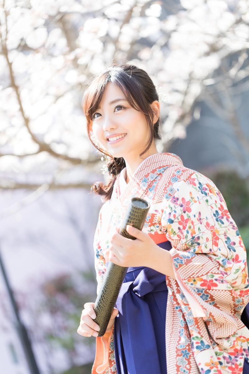 「袴姿の笑顔の卒業生」の写真[モデル:河村友歌]