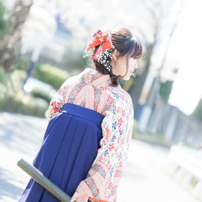 卒業証書を持った袴姿の女性の後ろ姿の写真