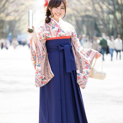 大学を卒業しました(袴姿の女性)の写真