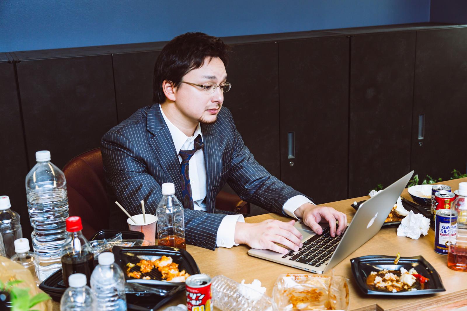「大型連休が明けて出社したら上司が連勤してた」の写真[モデル:Max_Ezaki]