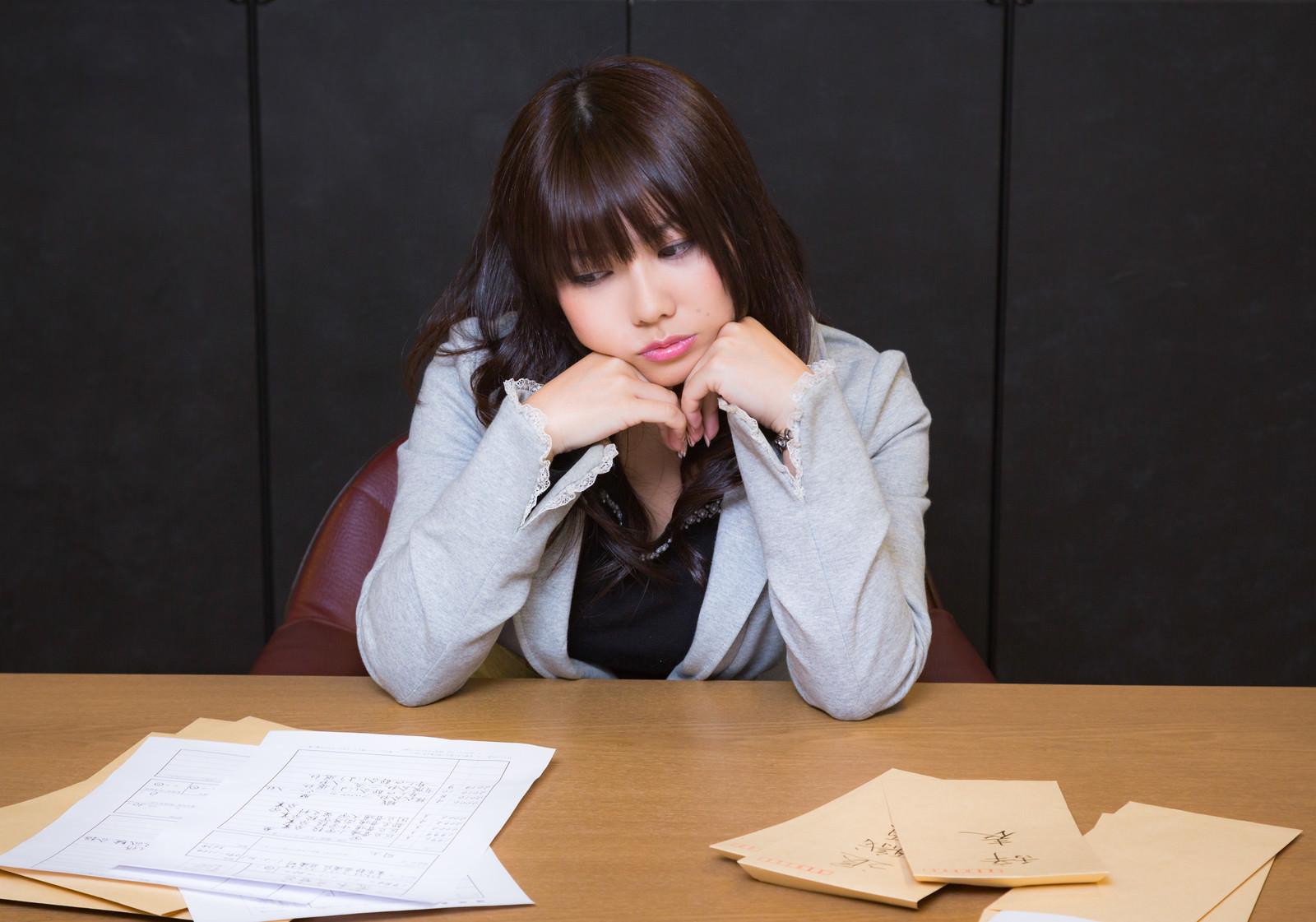 「採用と辞表ばかりで困る人事の女性」の写真[モデル:Lala]