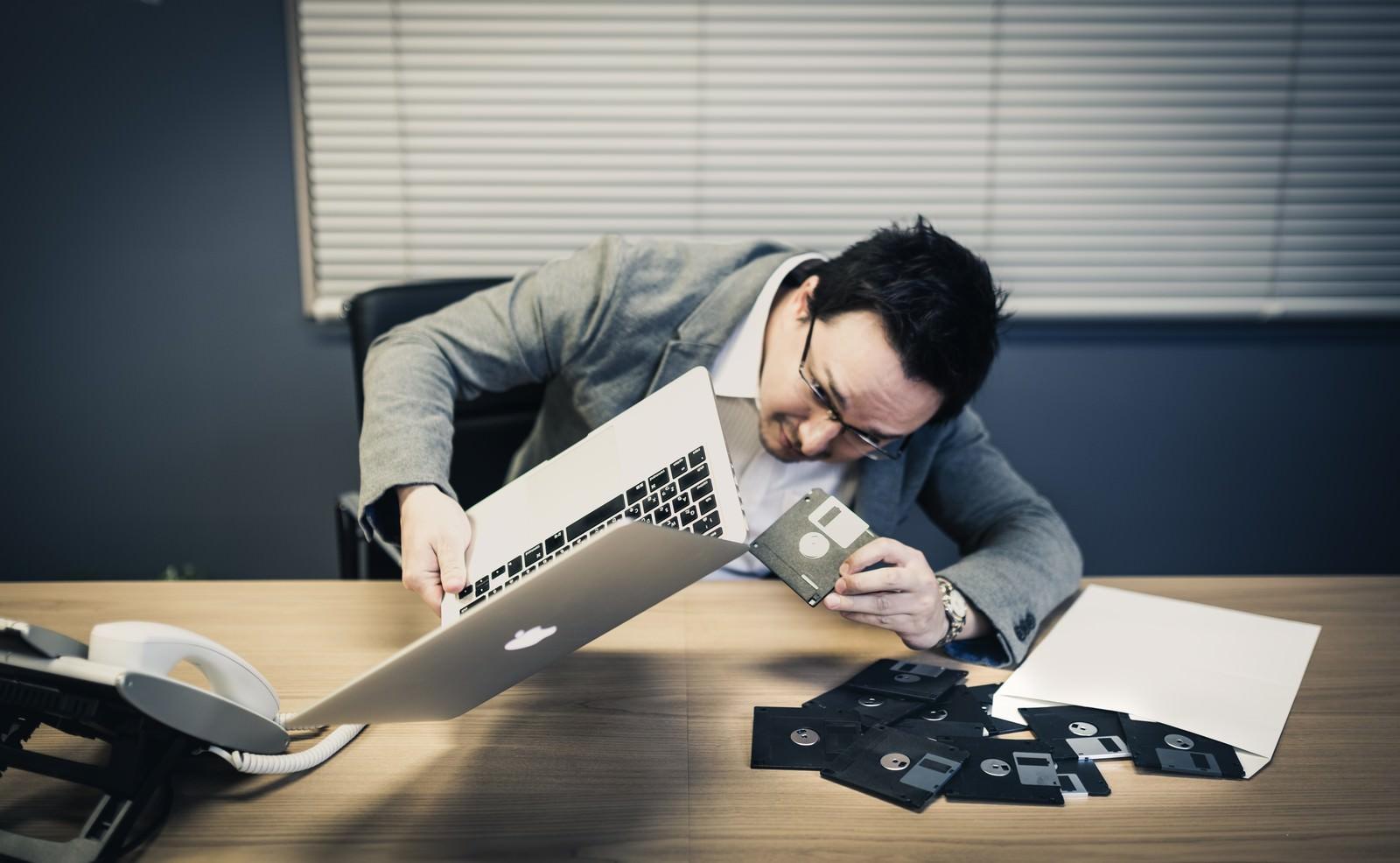 「フロッピーディスクを差し込もうにもドライブが見つからないドイツ人ハーフ」の写真[モデル:Max_Ezaki]