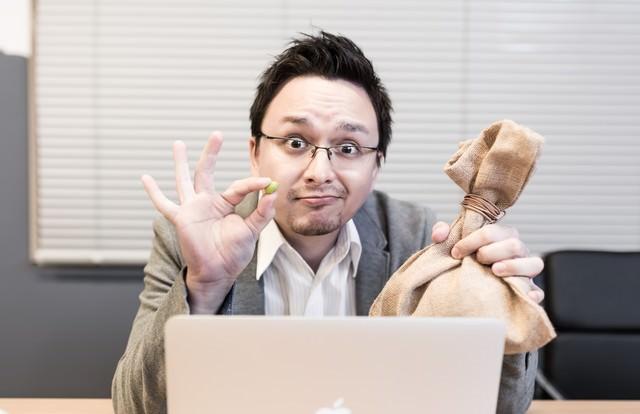「上司に体調不良を訴えたら、元気になる薬が返ってくる」のフリー写真素材