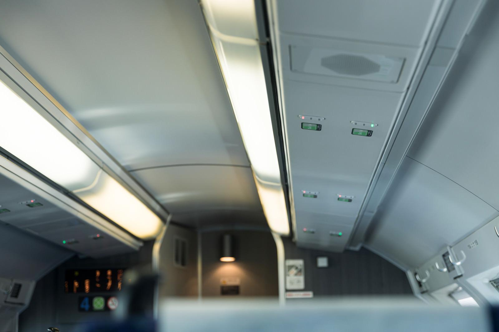 「グリーン車の各座席の天井部分にある読取機」の写真