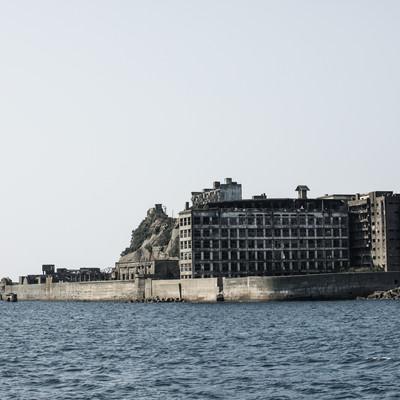 船から見る軍艦島(端島保育園跡・70号棟端島小中学校跡)の写真