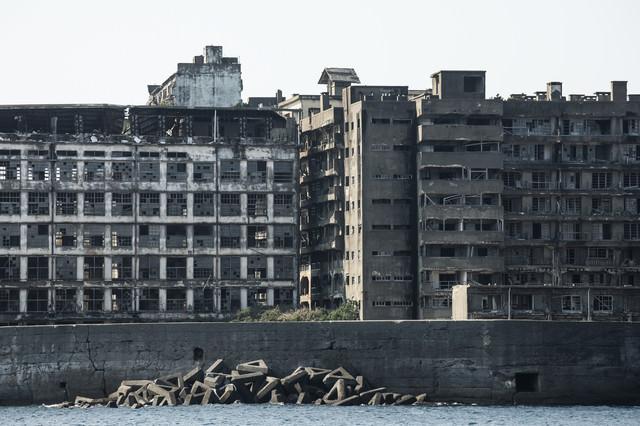 海上から見る軍艦島(70号棟端島小中学校跡・端島保育園跡)の写真