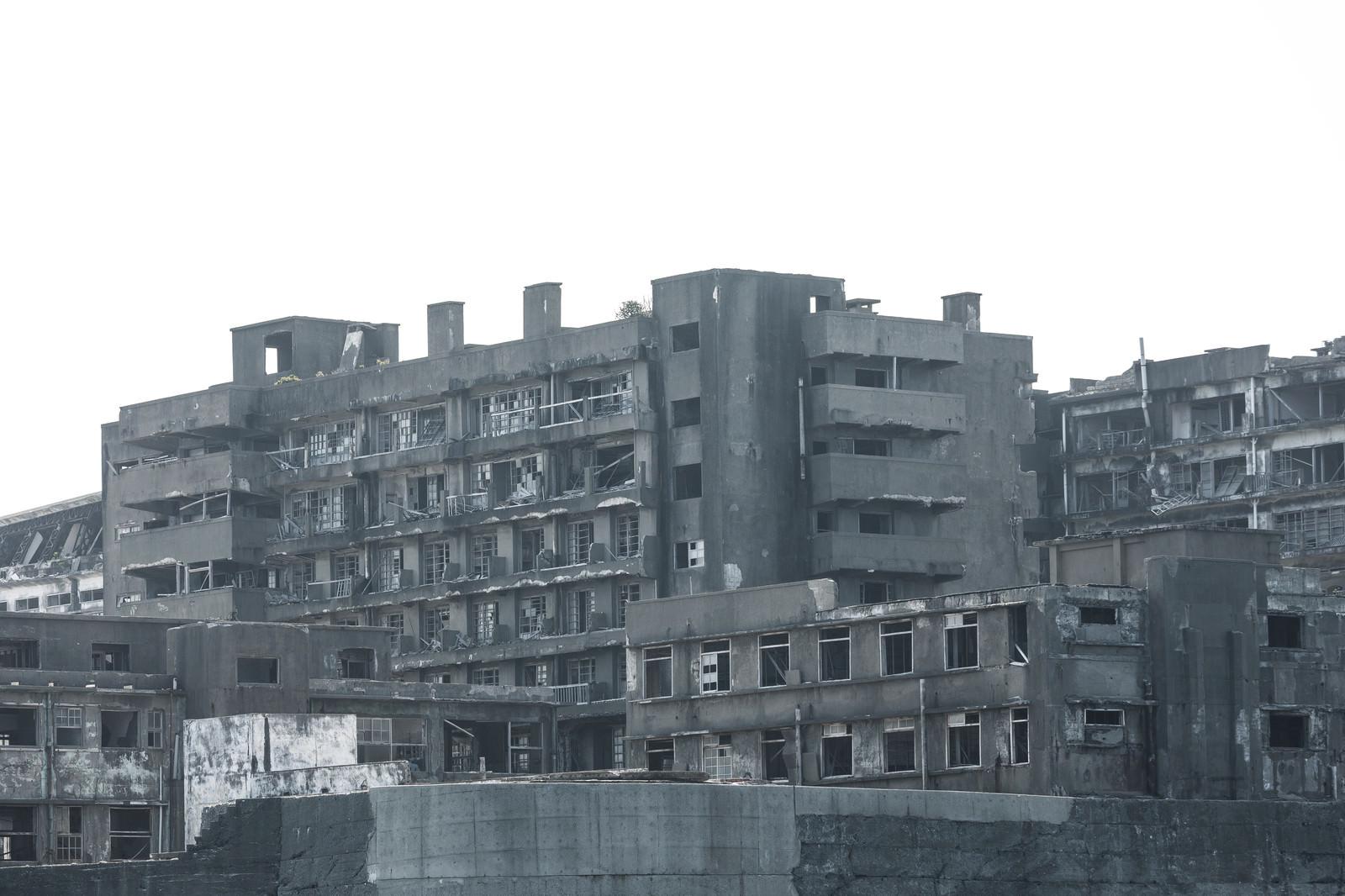 「朽ち果てた軍艦島(69号棟端島病院跡・端島保育園跡)」の写真