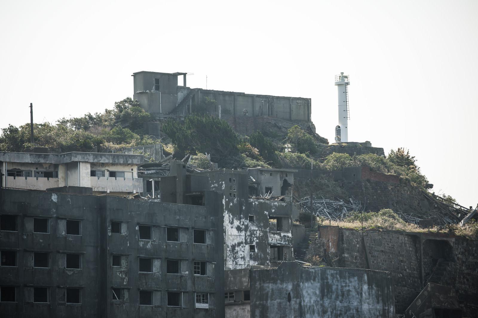 「軍艦島にそびえる肥前端島灯台」の写真