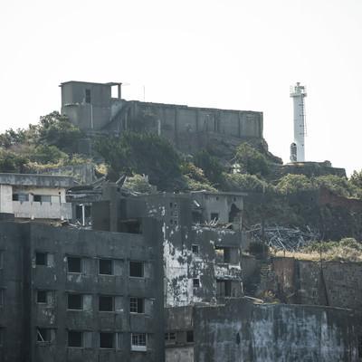 軍艦島にそびえる肥前端島灯台の写真