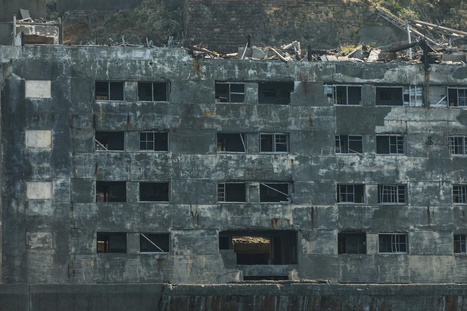 「崩れた窓が不気味に残る31号棟(軍艦島)」の写真