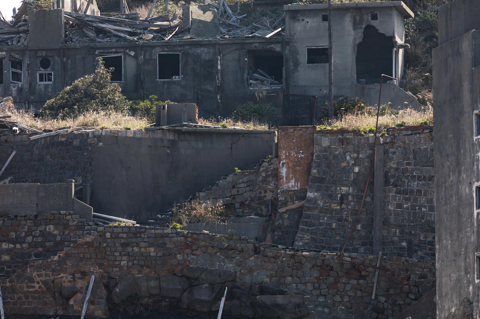 「無残に崩れ落ちた擁壁(軍艦島)」の写真