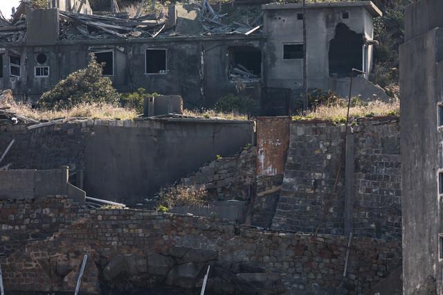 無残に崩れ落ちた擁壁(軍艦島)の写真