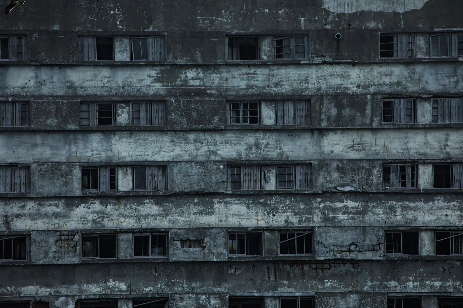「老朽化する軍艦島51号棟のコンクリート」の写真