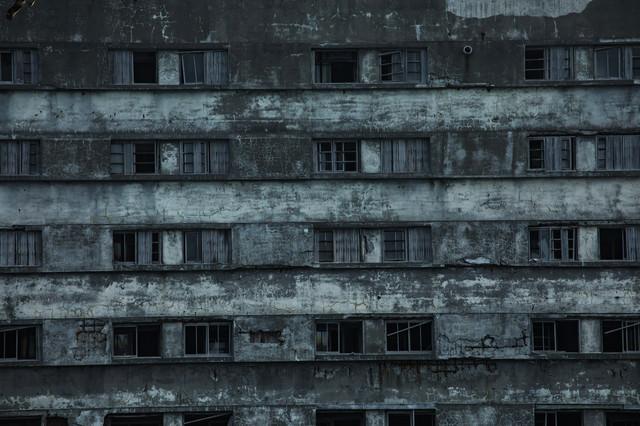 老朽化する軍艦島51号棟のコンクリートの写真