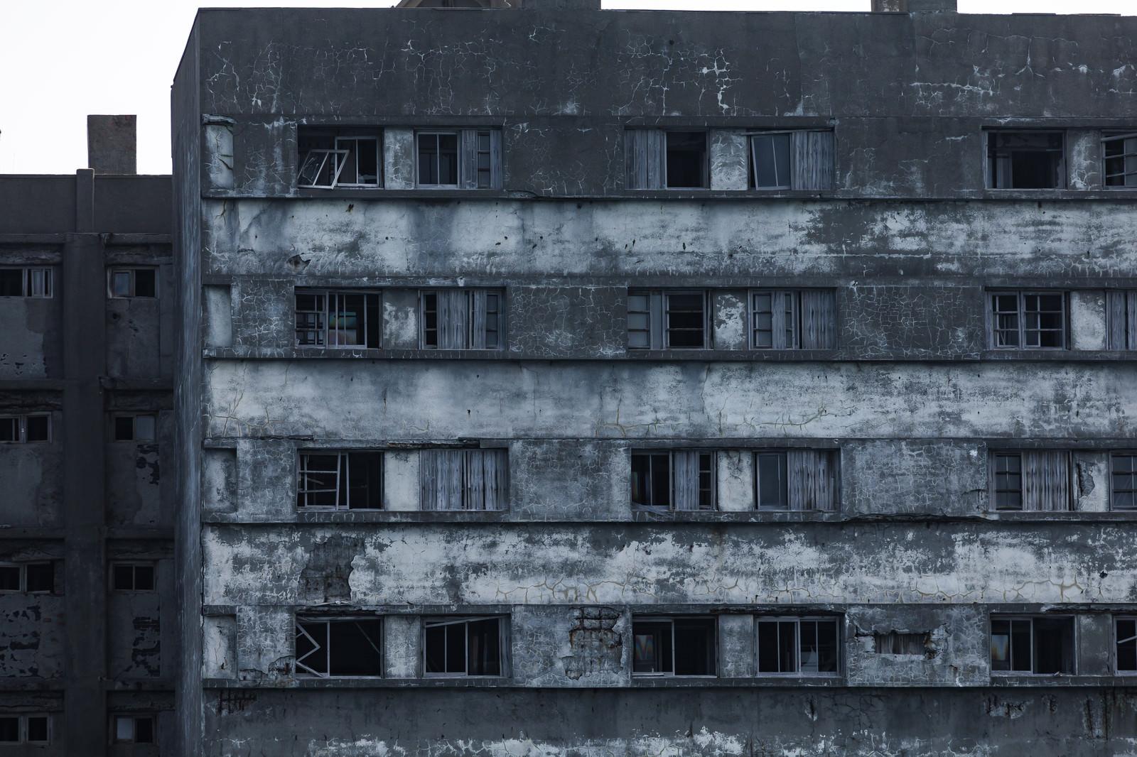 「朽ちてもまだ残る51号棟の窓ガラス(軍艦島)」の写真