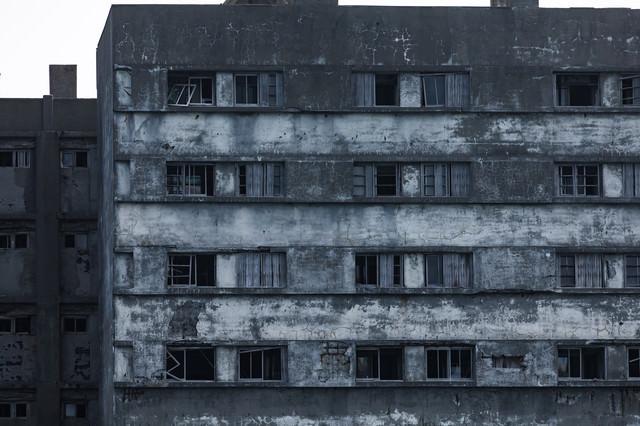 朽ちてもまだ残る51号棟の窓ガラス(軍艦島)の写真