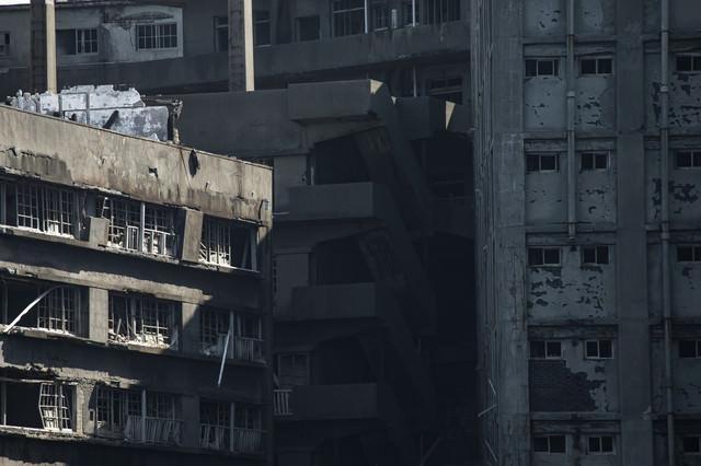 地獄段を囲む建物(軍艦島)の写真
