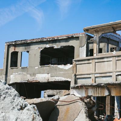 崩れる端島炭鉱総合事務所跡(軍艦島)の写真