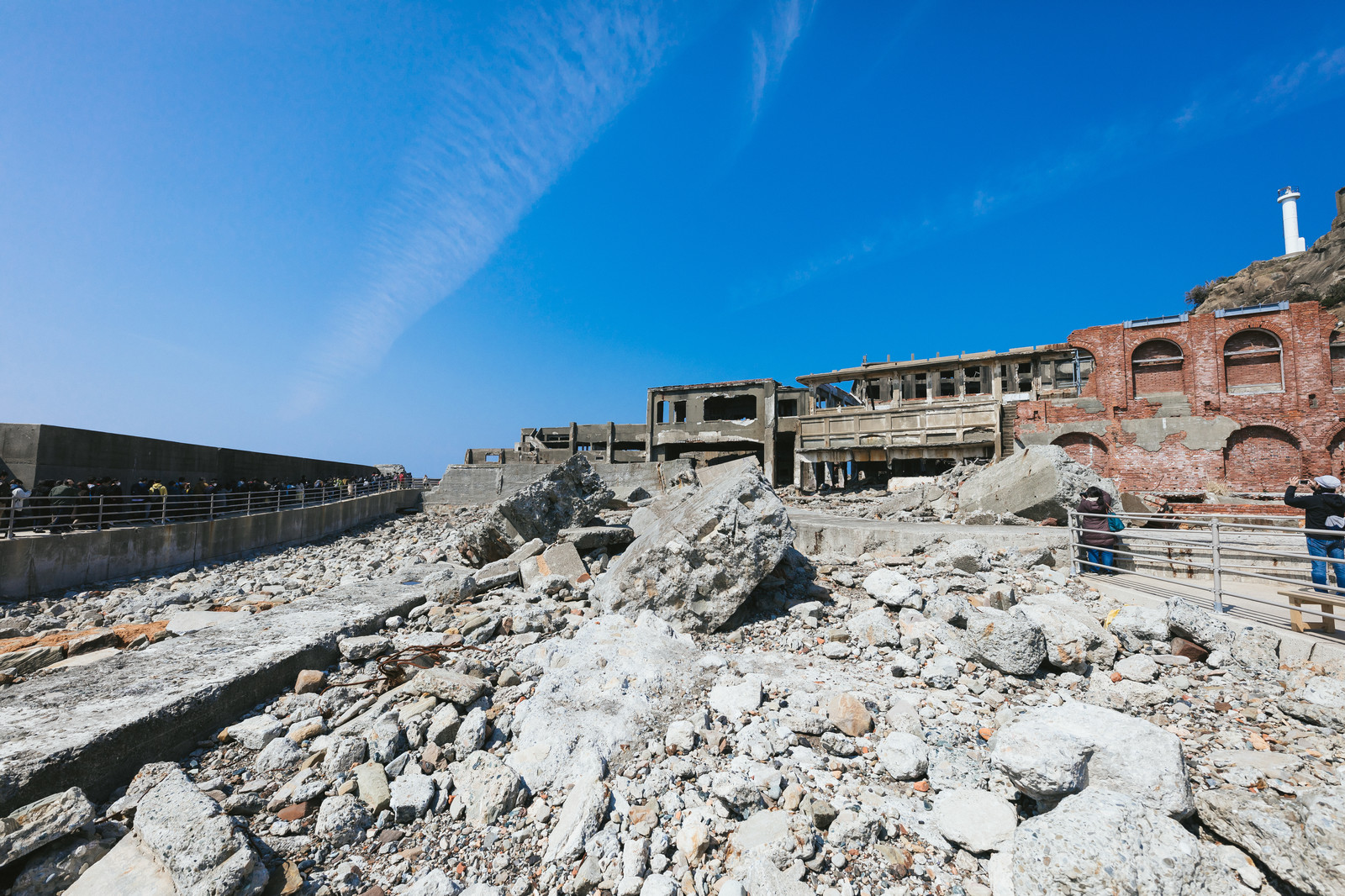 「軍艦島の第二見学広場から移動する観光客の長蛇の列」の写真
