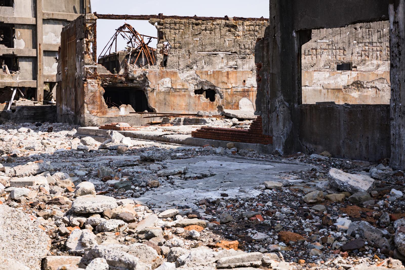 「崩れ落ちた建物と瓦礫(軍艦島) | 写真の無料素材・フリー素材 - ぱくたそ」の写真
