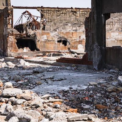 崩れ落ちた建物と瓦礫(軍艦島)の写真