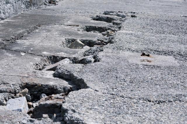 ヒビ割れが著しいコンクリートの写真