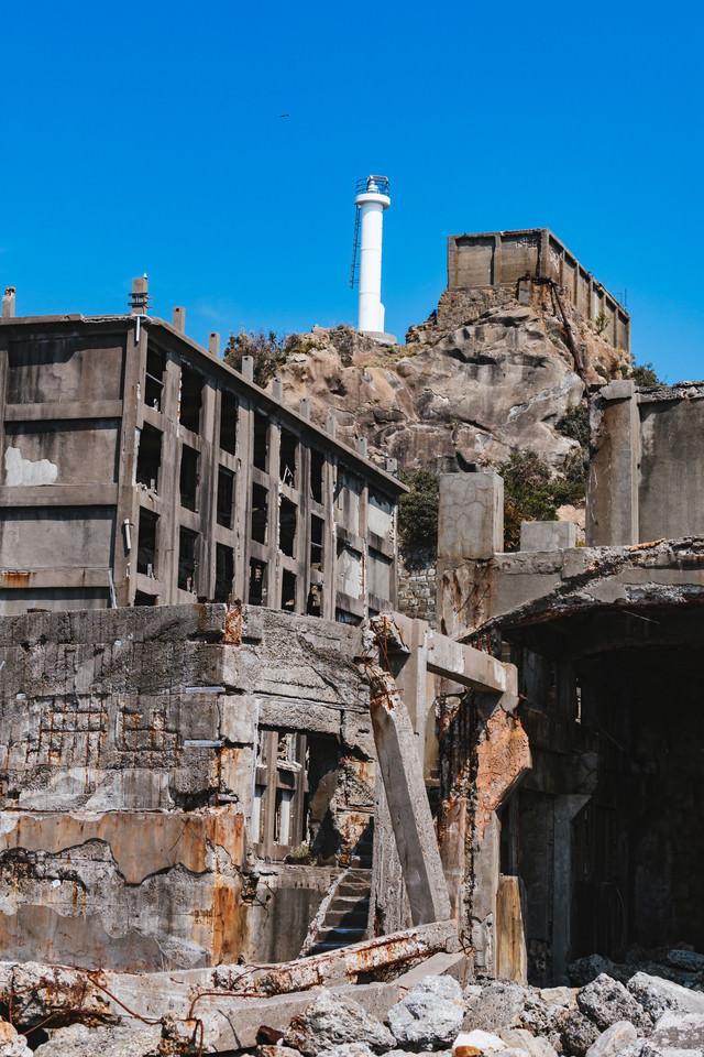 高台に聳え立つ肥前端島灯台(軍艦島)の写真