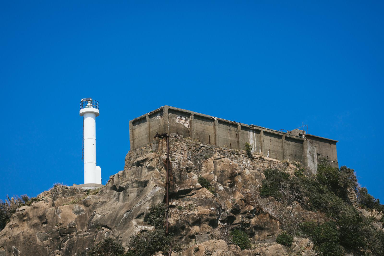 「肥前端島灯台の隣にある巨大な貯水槽(軍艦島)」の写真