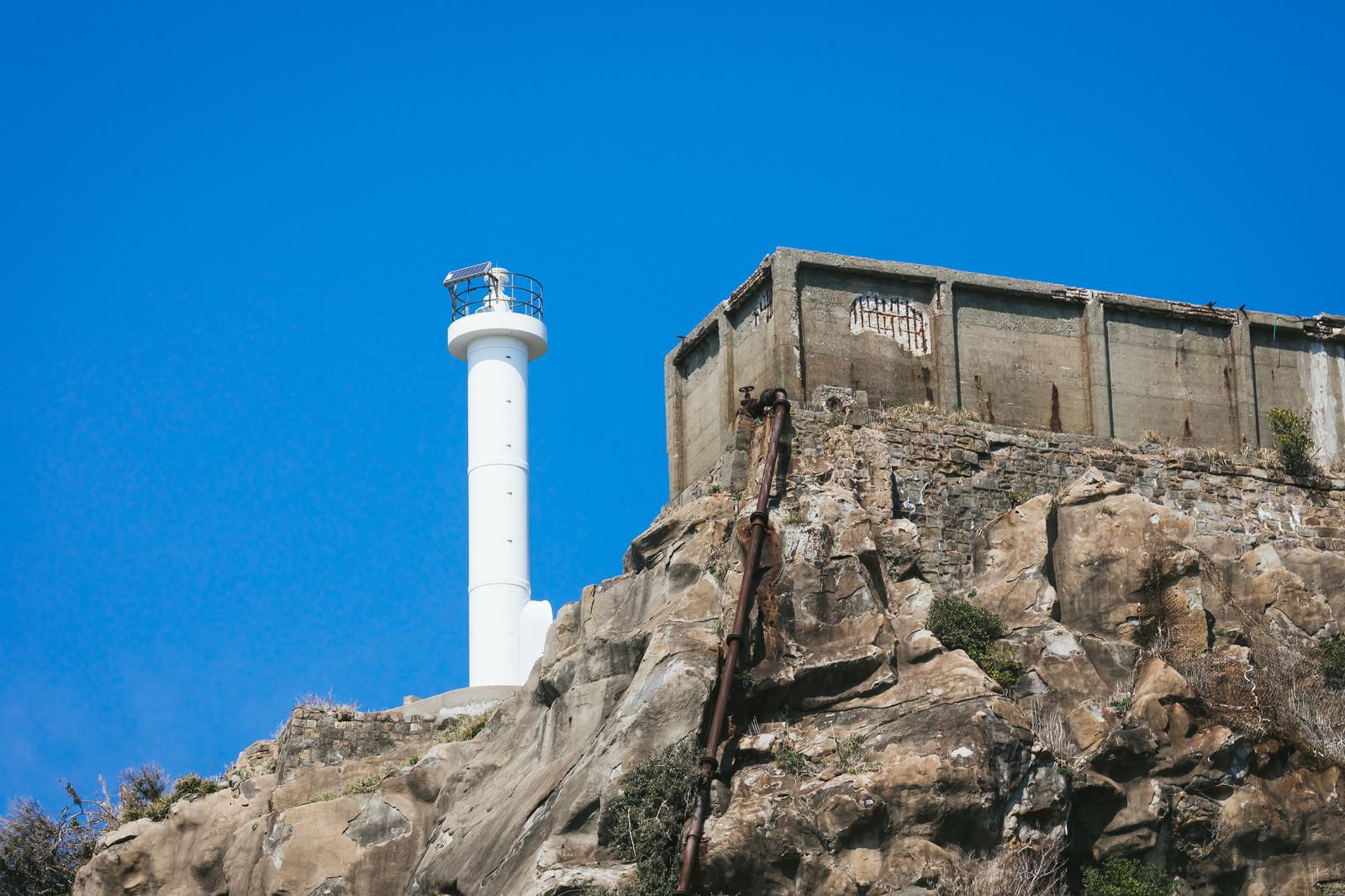 「貯水槽と並ぶ肥前端島灯台(軍艦島)」の写真
