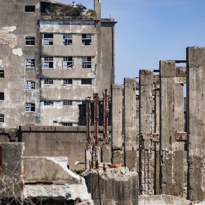 遠くに見える70号棟小中学校跡と貯炭場(軍艦島)の写真