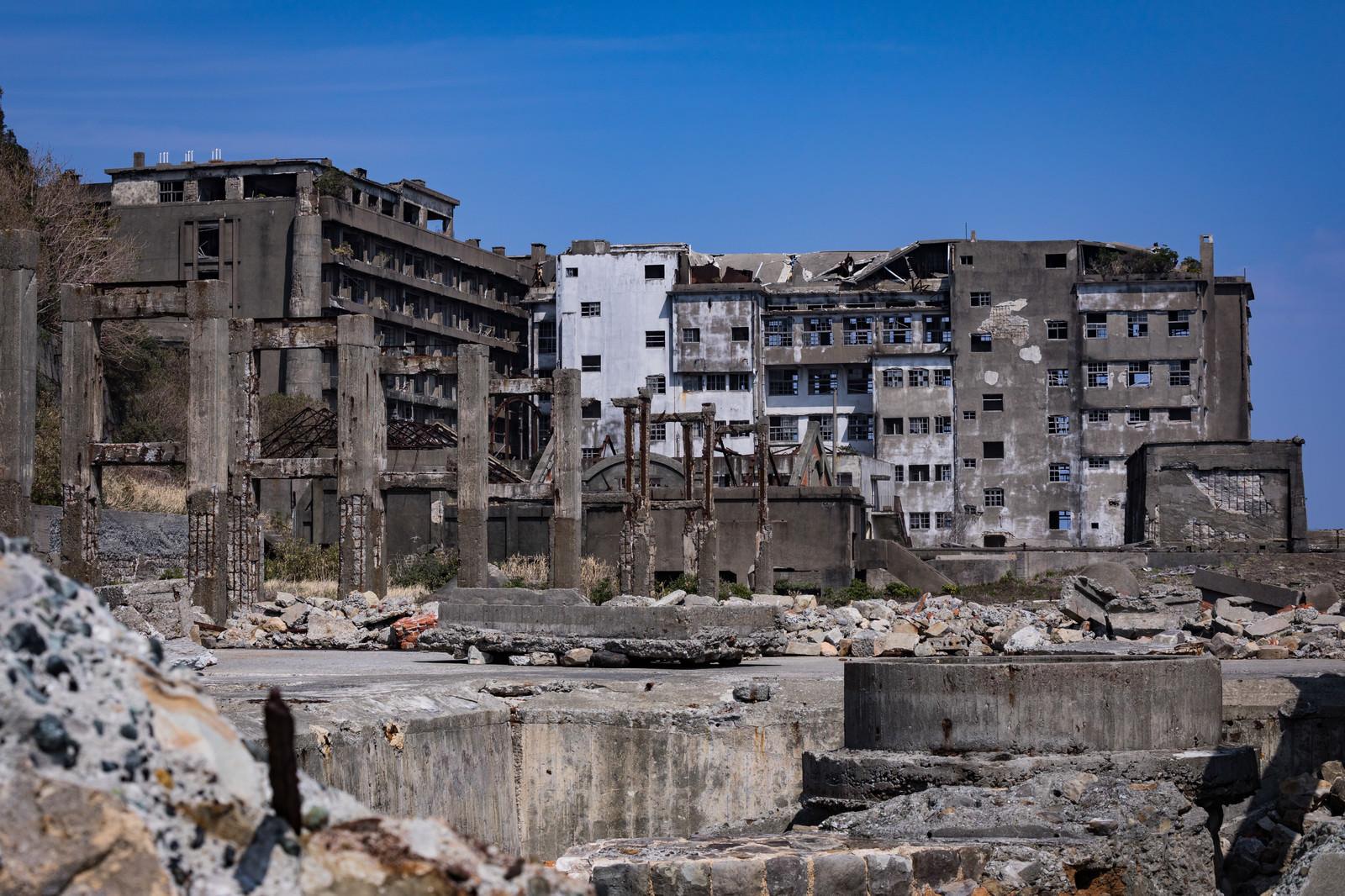 「貯炭場から見る70号棟小中学校跡(軍艦島)」の写真