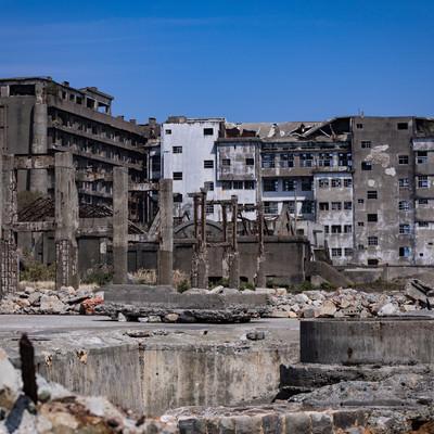 貯炭場から見る70号棟小中学校跡(軍艦島)の写真