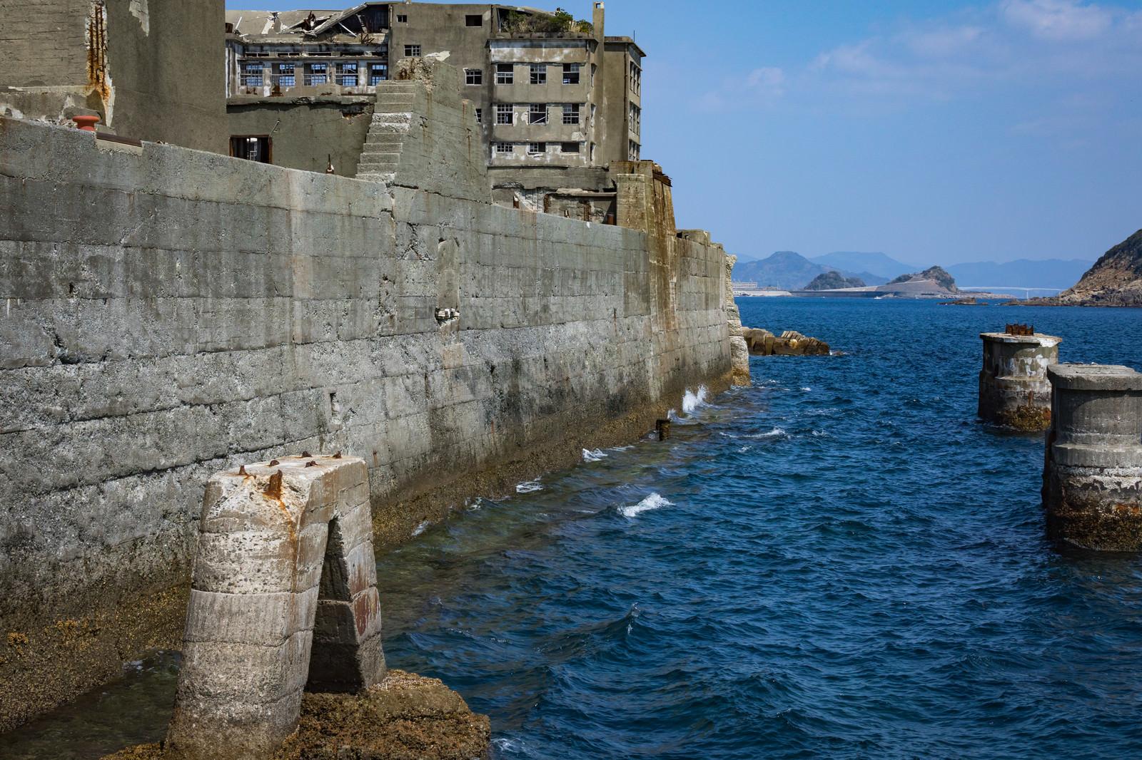 「軍艦島を高波から守る防波堤 | 写真の無料素材・フリー素材 - ぱくたそ」の写真
