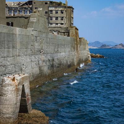 軍艦島を高波から守る防波堤の写真