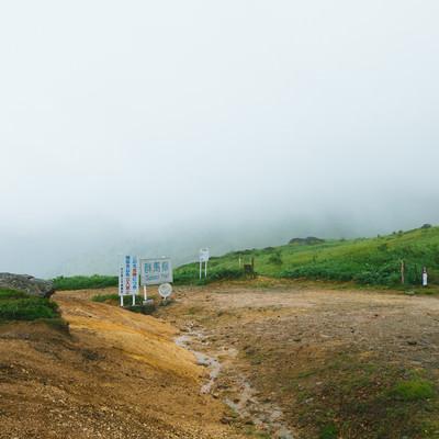 「雲に包まれる毛無峠頂上の様子(豪雨)」の写真素材