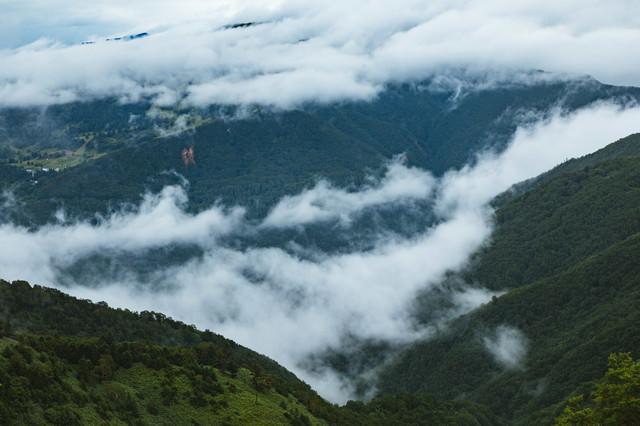 山の切れ目と雲の写真